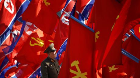 Ein nordkoreanischer Soldat nimmt die Flaggen in Inspektion, die zur Feier der Eröffnung eines neuen Wohnkomplexes wehen sollen; Nordkorea, Pjöngjang, 13. April 2017.
