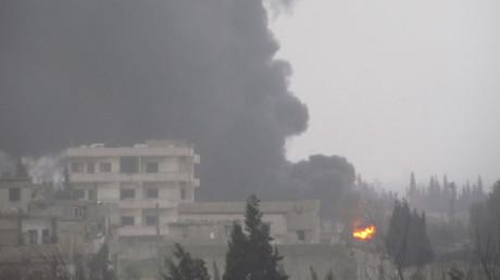 Symbolbild - Schwarze Rauchschwaden nach dem ein Pipeline-Abschnitt, der Öl vom al Ramlan Ölfeld zu einer Raffinerie in der Deir al-Zor Provinz transportiert, angegriffen wurde.