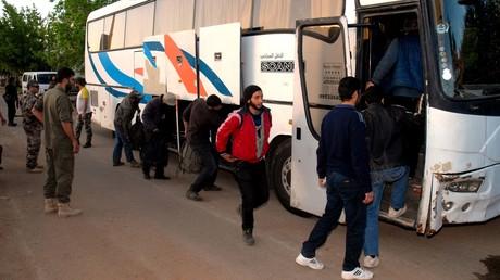 Tausende Menschen ziehen aus vier belagerten Orten in Syrien ab