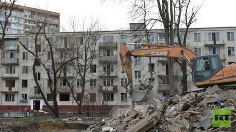 Die ersten industriell gebauten Blocks in der Sowjetunion, die Chruschtschowkas, werden abgerissen.