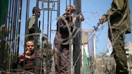 Männer stellen die Rollen der hungerstreikenden palästinensischen Gefangenen und israelischen Soldaten nach; Palästinensisches Gebiet, Gaza-Stadt, 17. April 2017.