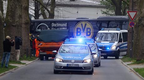 Signal Iduna Park, Dortmund, Ankunft des Mannschaftsbusses eskortiert von der Polizei; Deutschland, 12. April 2017.