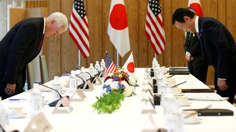 US-Vizepräsident Mike Pence und der japanische stellvertretende Premierminister Taro Also während eines offiziellen Treffens mit dem japanischen Premierminister Shinzo Abe; Japan, Tokio 18. April 2017.