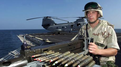Symbolbild: US-Marinesoldat an einem 50-Kaliber-Maschinengewehr auf der USS Mount Whitney am Horn von Afrika, Dezember 2002.