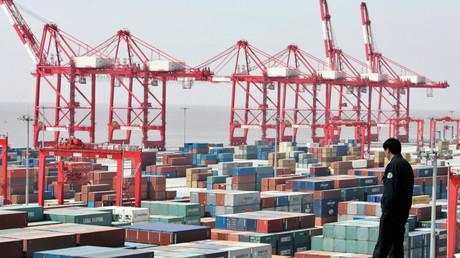 Tsingtao statt Kölsch: Während die EU durch ihre Sanktionspolitik den eigenen Unternehmen den Zugang zum russischen Markt versperrt, freuen sich chinesische Exporteure über steigende Marktanteile auf beiden Märkten.