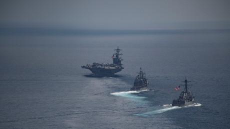 Die USS Carl Vinson, gefolgt von der Arleigh-Burke-Klasse: Zerstörer USS Michael Murphy und USS Lake Champlain; Indischer Ozean, 14. April 2017.