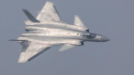 China präsentiert seinen ersten Stealth-Bomber J-20 bei einer Luftshow in Zhuhai, 1. November 2016.