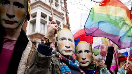 Symbolbild: Menschen mit geschminkten Putinmasken protestieren am 14.2.2014 vor der russischen Botschaft in London gegen das