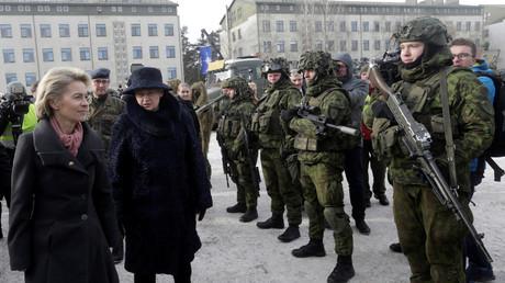 Bundesverteidigungsministerin Ursula von der Leyen und die litauische Präsidentin Dalia Grybauskaite während eines Besuchs bei deutschen Truppen in Rukla, 7. Februar 2017.