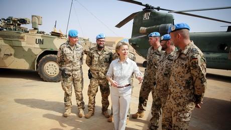 Zumindest für ein Standbild mit der Ministerin reicht der Fuhrpark der Bundeswehr in Mali noch aus.