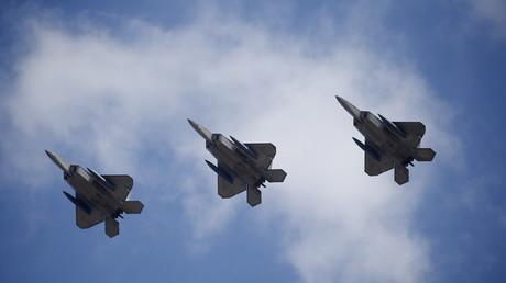 F-22 Kampfflugzeuge fliegen über die Osan Luftwaffenbasis in Pyeongtaek hinweg, Südkorea, 17. Februar 2016.