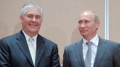 Wladimir Putin, damals als Premierminister, und Exxon-Chef Rex Tillerson nach der Unterzeichnung des Rosneft-Vertrages über die Kooperation im Schwarzen Meer, 30. August 2011.