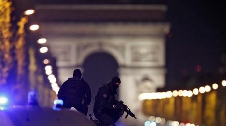 Spezialkräfte im Einsatz nach dem Terror-Anschlag auf Champs-Elysees