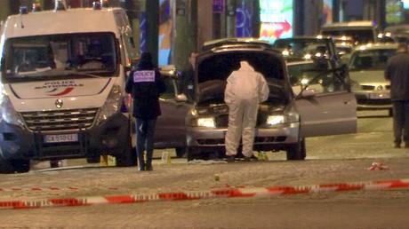 Standbild aus dem Videomaterial zeigt Polizisten bei der Inspektion eines Fahrzeugs, dass von dem Attentäter genutzt wurde, der auf der Champs-Élysées auf Polizisten schoss, Frankreich, Paris, 20. April 2017.