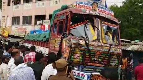 Lastwagen rast in Stände in Indien, mindestens 15 Tote
