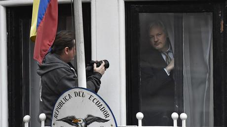 Der WikiLeaks-Gründer Julian Assange am Fenster der ecuadorianischen Botschaft in London.