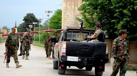 Afghanische Soldaten bewachen den Zugang zu einer Kaserne in der Stadt Masar-e Scharif in der Provinz Balch.