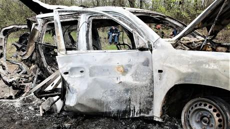 Das zerstörte OSZE-Fahrzeug nahe des Ortes Prischib auf dem Territorium der international nicht anerkannten Volksrepublik Lugansk, Ermittler am 23. April 2017.