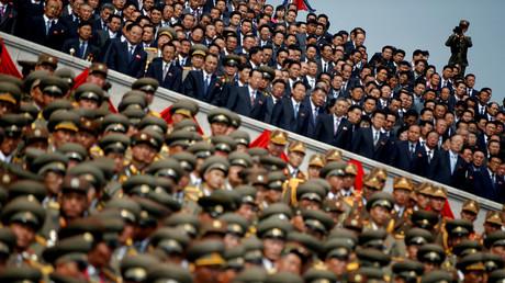Ein Soldat filmt nordkoreanische Soldaten, Offiziere und hochrangige Offizielle während einer Militärparade zum Geburtstag des Gründungsvaters Kim Jong-il in Pjöngjang, Nordkorea, 15. April 2017.