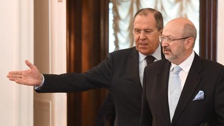 Russlands Außenminister Sergei Lawrow verhandelt mit dem OSZE-Generalsekretär Lamberto Zannier