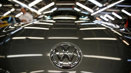Die Volkswagen AG verwendete eine illegale Abschalteinrichtung in der Motorsteuerung ihrer Diesel-Fahrzeuge, um die US-amerikanischen Abgasnormen zu umgehen. Die Aufdeckung wurde durch eine Notice of Violation der US-Umweltbehörde Environmental Protection Agency (EPA) angestoßen.