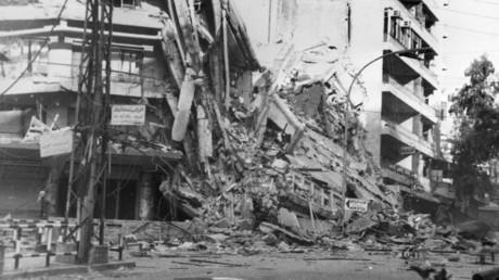Ein Gebäude im Westen von Beirut nach israelischen Luftangriffen am  20. August 1982.
