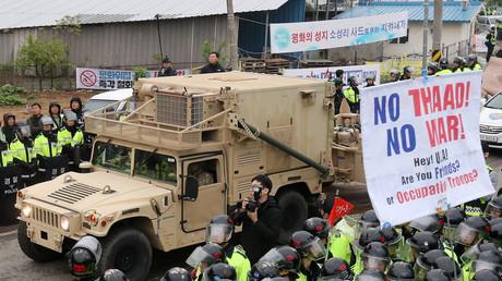 Ein Militärfahrzeug zur Lieferung von Teilen des THAAD-Systems trifft unter Protesten der Bevölkerung in Seongju ein; Südkorea, 26. April 2017.