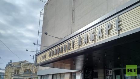 Mitten in Kiew: Das Theater kündigt ein Holocaust-Kabarett an, im Hintergrund die die Synagoge.