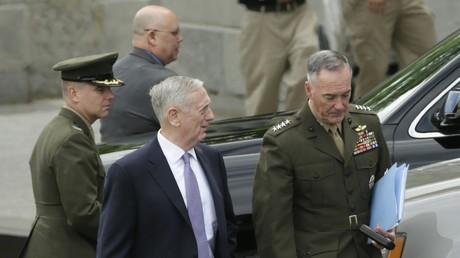 Der amerikanische Verteidigungsminister James Mattis und General Joseph Dunford (rechts) auf dem Weg zum Nordkorea-Briefing im Weißen Haus, Washington, 26. April 2017.