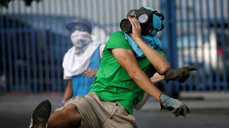Ein Anhänger der Opposition greift Sicherheitskräfte an, auf einer Demonstration gegen Präsident Nicolas Maduro in Caracas, 26. April 2017.