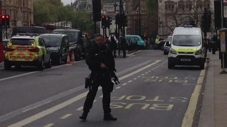 Bewaffnete Polizei sperrt Bezirk Whitehall in Zentrum von London