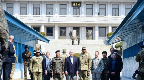 Der amerikanische Außenminister Rex Tillerson und General Vincent Brooks posieren für ein Bild in der Demilitarisierten Zone, Panmunjom, Südkorea, 17. März 2017.