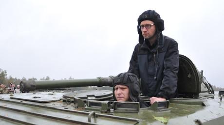 Russland bittet Interpol um Hilfe bei Fahndung nach ukrainischem Ex-Regierungschef Arseni Jazenjuk. Auf dem Bild: Arseni Jazenjuk besucht ein Schießplatz im Gebiet Lwow. 21.10.2014