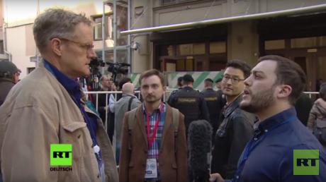 RT Deutsch sprach mit Teilnehmern der Protestaktion. Die Aktion wurde von der vom ehemaligen Oligarchen Michael Chodorkowski ins Leben gerufenen Organisation Offenes Russland organisiert.