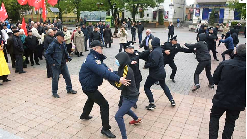 Radikale Randalierer greifen am 1. Mai ältere Demonstranten in Winnitza, Ukraine an.