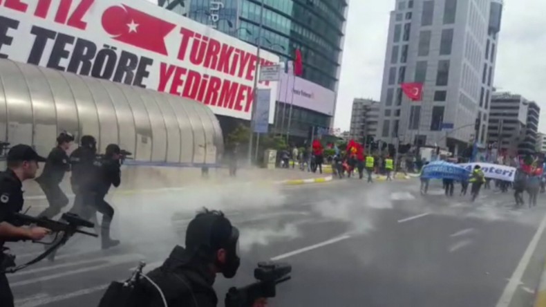 Polizei geht mit Tränengasgeschossen gegen Protestler in Istanbul vor.