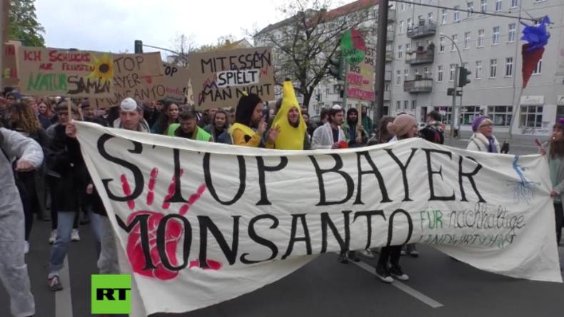 Musikalisch begleiteter Protest gegen Fusion von Monsanto und Bayer in Berlin.