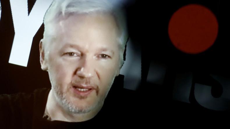 """Assange fordert Schweden zur Aufhebung des Haftbefehls auf und nennt Clinton """"Schlächter Libyens"""""""
