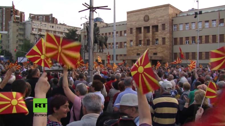 Tausende Menschen protestieren vor dem mazedonischen Parlament.