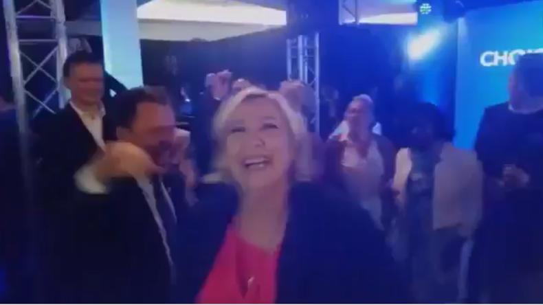 Trotz Wahlniederlage bester Laune - Marine Le Pen tanzt zu YMCA von den Village People