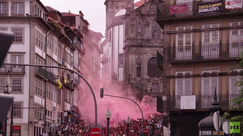 Von Lissabon nach Wladiwostok: Queima das Fitas in Porto, Portugal