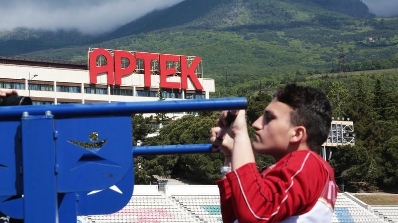 Syrische Teenager kommen im internationalen Ferienlager auf der Krim an