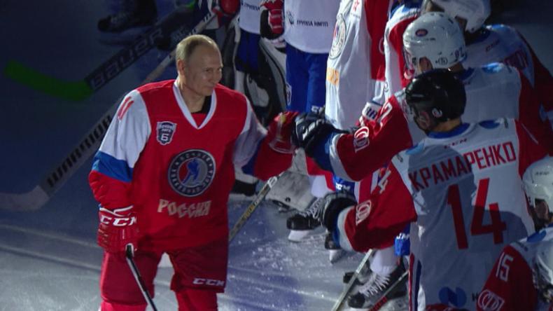 Sotschi: Während Lawrow Tillerson und Trump trifft, spielt der russische Präsident Eishockey