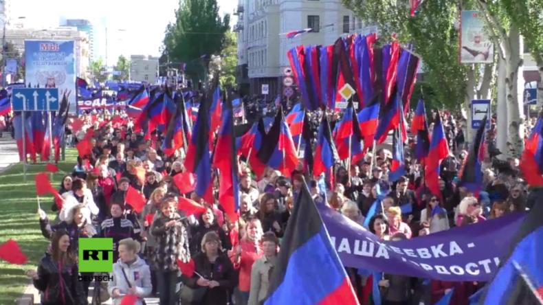 Tausende feiern den dritten Geburtstag der Volksrepublik von Donezk