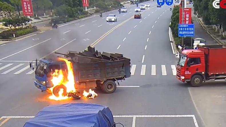 Biker in Flammen nach Kollision mit LKW, dessen Fahrer ihm das Leben rettet [VIDEO]