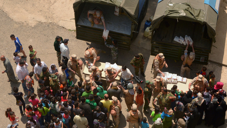 Russische Militärs liefern humanitäre Hilfe in Flüchtlingslager bei Latakia