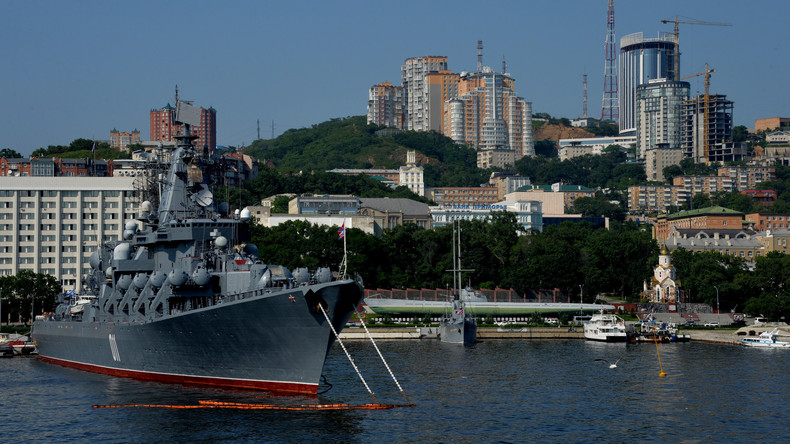 Russischer Kreuzer Warjag übt mit Singapurer Fregatte Supreme