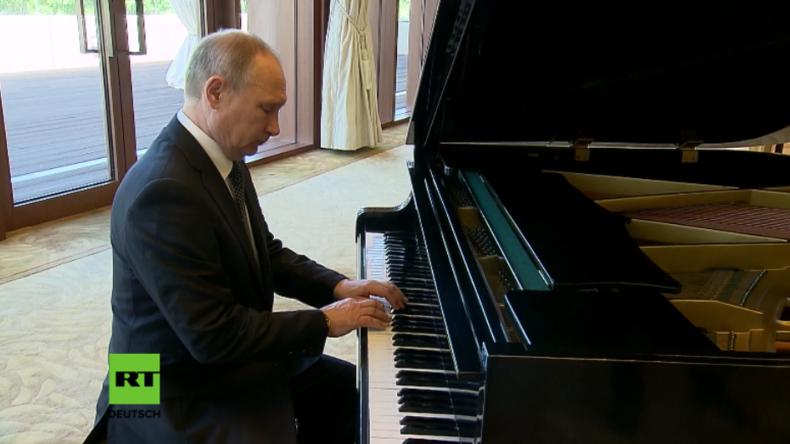 Putin spielt russische Lieder am Klavier in Xi Jinpings Residenz.