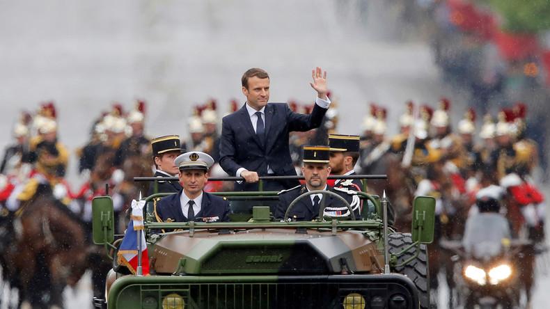 Macron auf Champs-Élysées zur Amsteinführung: Er winkt, doch das Volk reagiert nicht