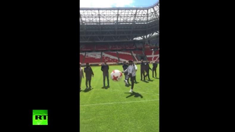 Russland: Fußballlegende Ronaldinho schießt Journalisten das Handy aus der Hand